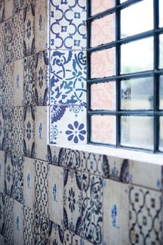 Beautifully tiled walls on blue and white for a bathroom - azul da cor do mar