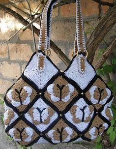"""Superbe sac aux motifs papillons , avec un pas à pas en images , trouvé sur le blog de """" Yannelitta """" , avec sa grille gratuite .              C'est le motif original qui sert à réaliser ce superbe sac papillon ."""