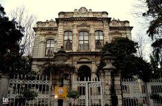 CAGALOGLU BÜLBÜL TEYFIK PASA KONAGI Bülbül Tevfik Paşa Konağı; İstanbul Cağaloğlu 1866 tarihinde Sadaret müsteşarı Bülbül Tevfik Paşa tarafından inşa edilmiştir. Bina tadilat sırasında yeniden betonarme olarak yenilenmiştir. 876 metrekare arsa üzerine 360 metrekare arsa üzerinde 1.400 metrekare olarak inşa edilmiştir. Yapı 4 katlıdır. Yapı dört katlıdır. Yapının cephelerinin orta kısımları dışarı doğru ''t '' formları halinde inşa edilmiştir.