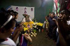 """EL PERICÓN, Gro. (proceso.com.mx).- """"Acepto mi derrota pero no voy a dejar de luchar para exigir justicia por mi hijo y sus 42 compañeros"""", expresó con indignación y coraje Ezequiel Mora Chora, pad..."""