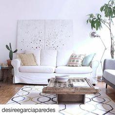 """Este salón deslumbra con el arte de la artista @cova.rios. Este cuadro pertenece a la serie """"emergencias"""". Soy fan! #interiores #emergencias #interiordesign #white"""