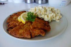 Vepřový řízek a bramborový salát