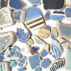 Ramasse les petits bouts de céramiques polis par la mer pour en faire une mosaïque. / Collect the little sea-polished ceramic pieces to make a mosaic.