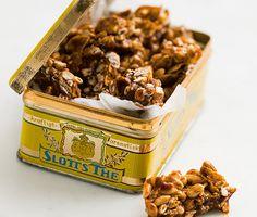 Koka en enkel chokladkolasås och blanda med corn flakes – mycket svårare än så är det inte att göra corny crisp. Cornflakestoppar är ett annat kärt namn på detta snabblagade och mycket goda godis.