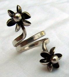 Elis Kauppi for Kupittaan Kulta, vintage sterling silver double flower wrap ring. #Finland