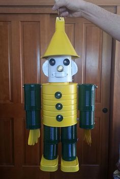 Look what my brother made for me out of tin containers--my Packer man. Even more impressive is that he is an avid Vikings fan! Aluminum Can Crafts, Aluminum Cans, Metal Crafts, Recycled Crafts Kids, Recycled Art, Crafts For Kids, Carillons Diy, Tin Can Man, Tin Can Robots