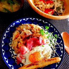 今日は体力使うのでがっつり食べました\(^o^)/ - 83件のもぐもぐ - 朝ごはん!帝国ホテルさまの鶏のクリーム煮缶を炊き込みご飯にかけてチーズ乗せてグリル!ハムソーセージエッグプレイト!大根とほうれん草のお味噌汁、キャベツとサニーレタス、パプリカサラダ! by tinatomo