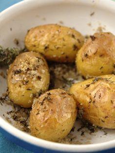 Recette Petites pommes de terre au sel et aux herbes (pour 1 personne) : - 200 g de petites pommes de terre (style grenailles) - 1 cuillère à soupe d'huile d'olive - 1 cuillère à soupe de thym - 5 cuillères à soupe de gros sel