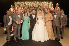 Os noivos em pose com os pais e os padrinhos
