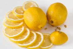 5 WONDERFUL HOUSEHOLD LEMON HACKS THAT WILL SURPRISE YOU Cleaning Cabinets, Bathroom Cleaning Hacks, Deep Cleaning, Cleaning Tips, Aldi Marken, Homemade Bleach, Dawn Dish Soap, Soap Scum, Water Spots