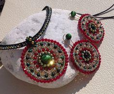 Parure di collarino con rosone ed orecchini in radice di rubino, malachite, ematite e cristalli.