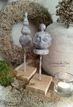 DIY Ornament / Pinakel op voet gemaakt van oude kerstballen. Lees hier de hele werkbeschrijving: http://relivingthepast.wixsite.com/relivingthepast/single-post/2016/11/26/Tutorial-Sobere-ornamenten-op-voet  - Reliving the Past -