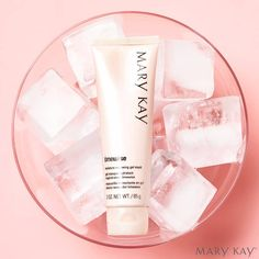 """Mi preferida... Mascarilla renovadora de la hidratación en gel.... Mmm... """"The hot weather can make your skin rather dry and parched. Do protect and keep your skin hydrated…"""" #hidtatacion #extra #marykay"""