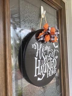 Halloween Wood Signs, Halloween Front Doors, Halloween Door Hangers, Halloween Door Decorations, Halloween Home Decor, Halloween Crafts, Diy Door, Wood Door Hanger, Wooden Hangers