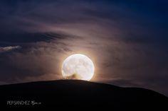 https://flic.kr/p/RsE2k1 | Superlluna | En aquests moments és quan som conscients de la immensitat del món on vivim. Fotograma extret del Timelapse de la SuperLluna de 2016.11.15 a Fuerteventura. --- In these moments is when we are aware of the immensity of the world where we live. Photographed from the Timelapse of the Super Moon 15/11/2016 in Fuerteventura.
