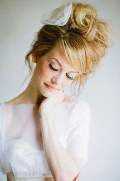 coiffure mariage rétro: chignon très haut volumineux