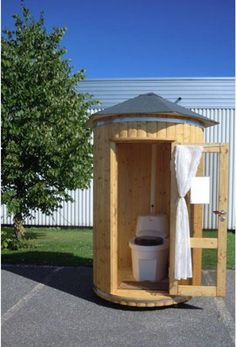 Just park it. Outdoor Toilet, Outdoor Baths, Outdoor Bathrooms, Lavabo Exterior, Outhouse Bathroom, Tyni House, Camping Toilet, Garden Shower, Bois Diy