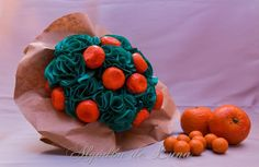 Bouquet de flores de tela en verdes  y frutas. en tonos naranjas, pura tendencia única elegancia y belleza, detalles mágicos que desean las novias y que intentamos plasmar en nuestras creaciones, para que puedan estar por siempre jamás a tú lado. algodondeluna@gmail. com o 606619349