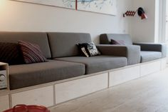 sofa_DIY_opbevaring_hynder_skumhuset_lang Tiny House Living, Small Living Rooms, Home Living Room, Living Spaces, Homemade Sofa, Built In Sofa, Room Interior, Interior Design, Sofas For Small Spaces