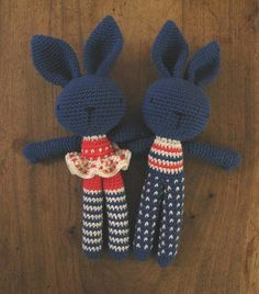 Cute creations by the very impressive Spanish blogger almacende curiosidades. Loving the dark navy for their bodies, and their little clothes!