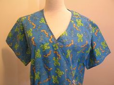 Liana-Womens-Scrub-Top-XL-Frogs-Lizards-Snakes-Blue-Background-2-Pocket