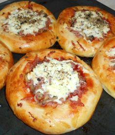 Pizzové koláčiky (fotorecept) - obrázok 5 Bread And Pastries, Bread Baking, Baked Potato, Quiche, Hamburger, Food And Drink, Pizza, Potatoes, Ethnic Recipes