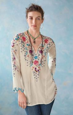 Let your style take flight in our 'Nectar & Rose' embroidered top. Tops Bordados, Hippie Style, My Style, Desert Fashion, Unique Clothes For Women, Made Clothing, Pretty Outfits, Pretty Clothes, Get Dressed