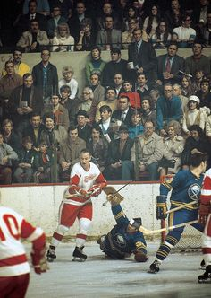 Gordie Howe tries to sneak a shot past Joe Daley during a 1971 Sabres-Red Wings game. Hot Hockey Players, Nhl Players, Hockey Teams, Hockey Stuff, Montreal Canadiens, Stanley Cup, Hockey Rules, Red Wings Hockey, Historia