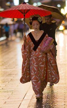 Geisha are so beautiful! I often wonder how I would look with the geisha treatment.