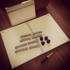 IKEAの机、引き出し以外の外枠だけ、先に作ります。