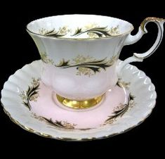 Royal Albert - un named set Tea Cup Set, Cup And Saucer Set, Tea Cup Saucer, Cute Tea Cups, Teapot Cookies, China Tea Sets, Chocolate Cups, High Society, Tea Accessories