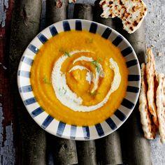 Dit goedgevulde soepje maak je snel op een doordeweekse avond. Reken iets meer tijd als je het platbrood ook zelf maakt (zie vanaf stap 3). Geen tijd? Neem dan stokbrood, snijd in stukken en serveer erbij.    1. Verwarm de oven voor op 190 °C. Doe de...