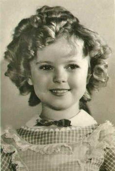 Shirley Temple, famosa niña actriz de los años 30, siempre tenia 56 rizos en su cabello, los que hacía su madre Gertrude Temple.