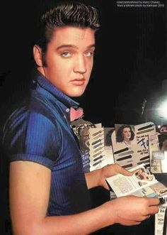 Elvis at the Knickerbocker Hotel in L-A in august 18 Elvis Presley Young, Young Elvis, Rock And Roll, Olivia Newton John, Graceland, John Lennon, Photos Du, American Singers, Belle Photo