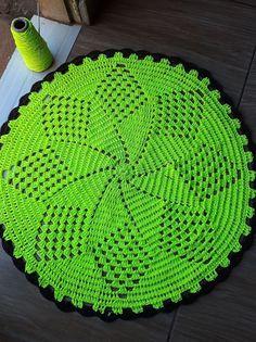 Crochet Tablecloth Pattern, Crochet Square Patterns, Christmas Crochet Patterns, Crochet Designs, Crochet Mat, Filet Crochet, Crochet Home Decor, Crochet Crafts, Lace Doilies