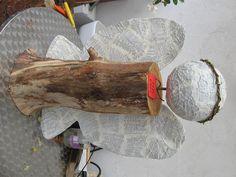 RIESEN ENGEL Körper aus Holz, Flügel und Kopf aus Gebetbuchseiten.
