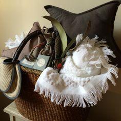 Nuestros ratoncitos se van de vacacioneeees!!! En un capazo, con toallas, baberos, jabones, velas, piñas de lavandas y estrellas… :)