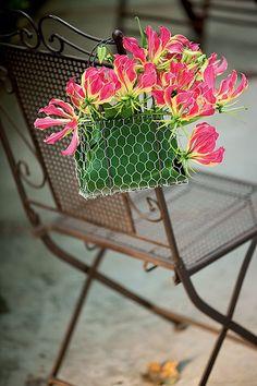 A graça da cadeira faz a diferença na decoração. Pode ser um arranjo de flores, como este criado por Tamako Yoshimoto, numa bolsinha de tela de galinheiro forrada com folhas | Wedding party | Casamento