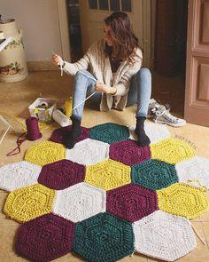 55 Ideas for crochet rug tutorial blankets Motif Mandala Crochet, Crochet Hexagon Blanket, Hexagon Quilt Pattern, Crochet Rug Patterns, Crochet Motifs, Crochet Mittens, Crochet Patterns For Beginners, Crochet Afghans, Crochet Doilies