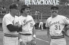 """Alfonso """"Chico"""" Carrasquel, manager de Leones del Caracas, Antonio Armas y Flores Bolívar, en el estadio Universitario. Caracas, 27-10-1981 (ARCHIVO EL NACIONAL)."""