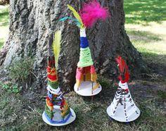 Ook in de zomer kunnen kinderen heerlijk knutselen en spelen met materialen uit de natuur. Deze vrolijke tipi (of wigwam) is makkelijk te maken en valt goed op in het gras. Dus eerst allemaal buiten stokken zoeken en dan lekker op een kleed in het gras aan de slag.