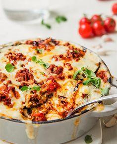 Da bør du prøve gresk moussaka med kjøttdeig og aubergine i ostesaus. Moussakaen kommer til å bli en umiddelbar hit! Kos, Food Porn, Food And Drink, Low Carb, Cooking Recipes, Yummy Food, Lunch, Baking, Dinner