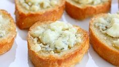 Bruschetta with Gorgonzola Cheese and Honey Bestrijk het brood met olijfolie en bak ong 10 min tot het knapperig is,bestrijk met gorgonzola en zet nog 3 min in de oven,druppel er wat honing over en serveer direct.