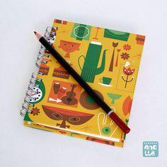 Libreta hecha a mano usando papel de regalo.
