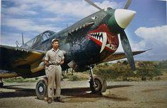 Long Qiming, um dos Flying Tigers chineses da II Guerra Mundial, com  um caça P-40 Warhawk na base aérea de Kunming, em 1 de Setembro de 1944