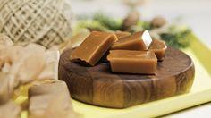 Hjemmelagede fløtekarameller er den perfekte julegaven til en søtmoms.    Fløtekarameller har rykte på seg for å være vanskelige å lage, men med litt tålmodighet og riktig teknikk er det overraskende enkelt!    Du må passe på blandingen din hele tiden så den ikke bobler over. Man må alltid ha respekt for en gryte kokende sukker på over hundre grader. Og ikke la barna gjøre dette!    Om du ønsker å lage litt mer spennende karameller kan du tilsette kakao, kanel, havsalt eller for eksempel…
