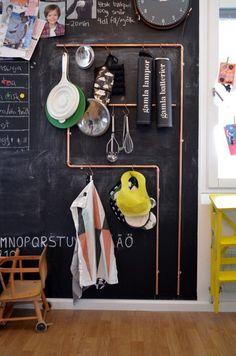 Pra cozinha, usar canos de cobre e ganchos pode ser uma boa ideia. To apaixonada nela <3