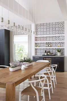 20 Timeless Farmhouse Dining Room Design and Decor Ideas that are Simply Charming Modern Farmhouse Living Room Decor, Farmhouse Kitchen Tables, Farmhouse Interior, Modern Farmhouse Kitchens, Home Kitchens, Farmhouse Style, Kitchen Modern, Spanish Kitchen, Natural Kitchen