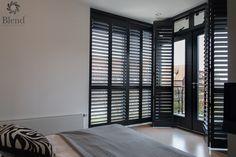 INHUIS Plaza | Met shutters in de slaapkamer voorzie je de kamer van hoogwaardige en luxe afwerking. Je kunt de shutter openen op de vouwrails en weer sluiten en ook de lamellen van de shutters openzetten voor lichtinval. Dat is nog eens fijn wakker worden! Deze shutters zijn gemaakt ik een ral kleur naar keuze en zijn volledig op maat gemaakt! Interior Window Shutters, Elegant Curtains, House Blinds, Living Room Windows, Interior Decorating, Interior Design, Curtains With Blinds, Home And Deco, Stores