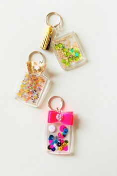 DIY confetti keychains, HAVE to make one of these! Crafts To Make And Sell, Sell Diy, Diy Crafts Keychain, Keychains, Resin Crafts, Jewelry Crafts, Resin Jewelry, Kpop Diy, Diy Confetti